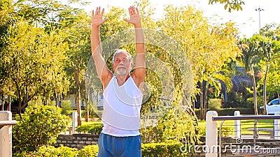 Stary Człowiek Robi ranków ćwiczeń zwrotom Dobrze Opuszczać w parku zbiory