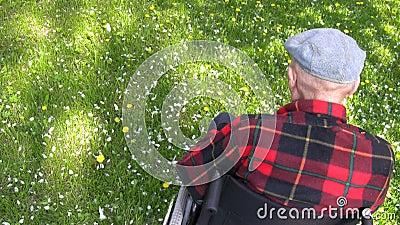 Stary człowiek w wózku inwalidzkim