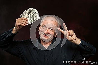 Stary człowiek z dolarowymi rachunkami