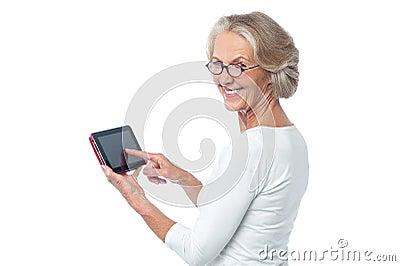 Starzejący się dama dotyka ochraniacza operacyjny przyrząd