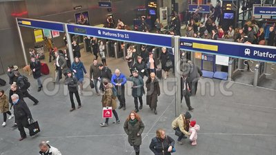 Station des Rois Cross de Londres avec des banlieusards voyageant au travail banque de vidéos