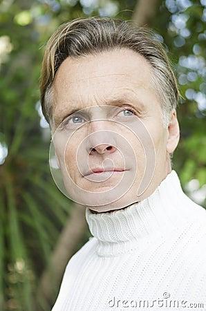 Stattlicher fälliger blonder Mann in seinen Vierzigern