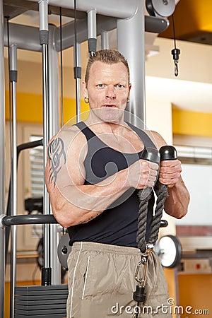 Stattlicher Mann in seinen Vierzigern trainierend in der Gymnastik