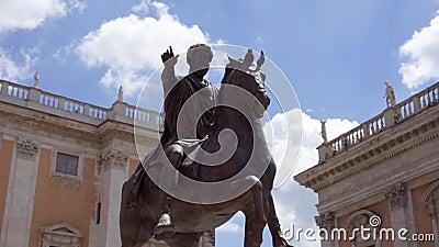 Statue en bronze d'empereur Marcus Aurelius sur le cheval sur Capitol Hill à Rome, Italie dans le mouvement lent clips vidéos
