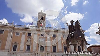 Statue en bronze d'empereur Marcus Aurelius sur le cheval sur Capitol Hill à Rome, Italie dans le mouvement lent banque de vidéos
