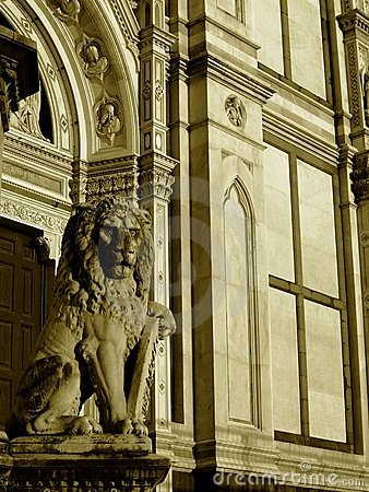 Free Statue Of Lion And The Church Royalty Free Stock Photography - 5415567