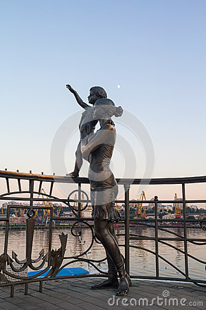 Free Statue Of Mother And Son Greeting The Sailor On The Pier Stock Photos - 69544393