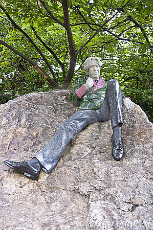 Statue of Oscar Wilde Editorial Stock Image