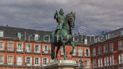 Staty av Philip III timelapsehyperlapse på borgmästareplazaen i Madrid i en härlig sommardag, Spanien arkivfilmer