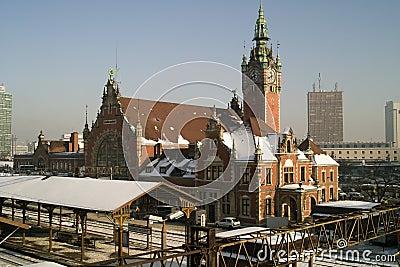 Stazione ferroviaria e treno. Fotografia Editoriale