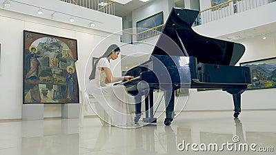Steadicam het schieten van het meisje die de piano spelen 4K stock footage