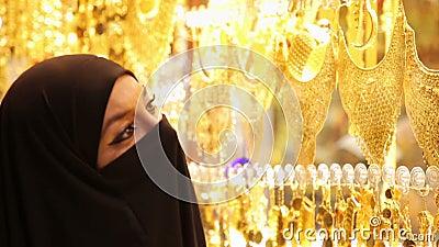 Steadycam - Vrouw die met headscarf bij Grote Bazaar, Istanboel, Turkije winkelen stock video