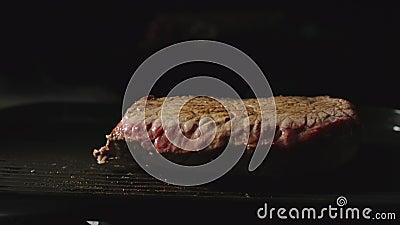 Steak aus Fleisch frisst auf einem Grill stock video footage