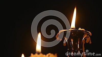 Stearinljus går ut i kyrka