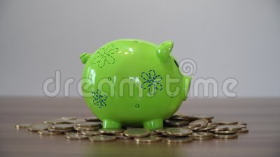 Stecken eines Geldes in eine piggy Querneigung Einsetzen von Münzen in ein Sparschwein stock footage