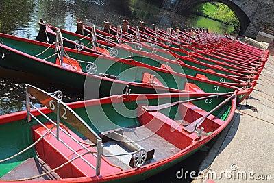 Stellen Sie Boote auf Fluss Nidd, Knaresborough, Großbritannien an