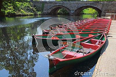 Stellen Sie Boote u. Brücke, Fluss Nidd, Knaresborough, Großbritannien an