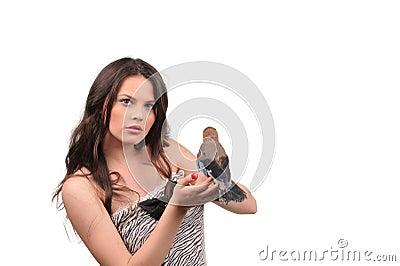 Stående av den härliga flickan med fågeln