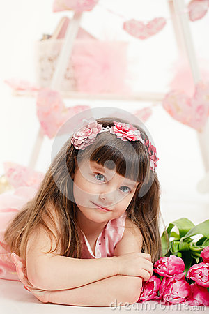 Stående av en härlig liten flicka med blommor