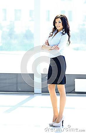 Stående av en ung affärskvinna i ett kontor