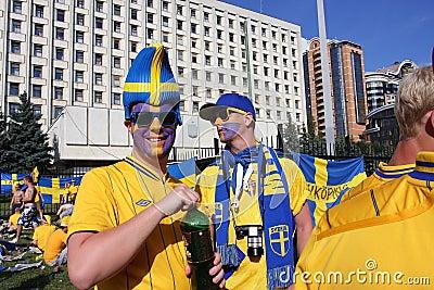 Stående av ventilatorerna från Sverige på EURO-2012 Redaktionell Foto