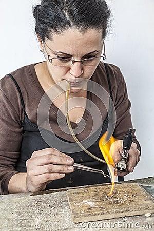 Stående av ett kvinnligt juvelerarearbete