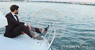 Stilfull affärsman på en yacht eller ett fartyg mot ett hav transport, affärstur, teknologi och folkbegreppslyx stock video