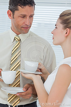 Stilfulla kollegor som har kaffe tillsammans