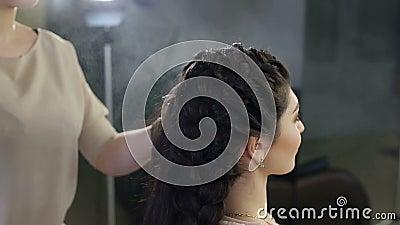 Stilist wendet Haarspray auf Frisur im Salon an stock video