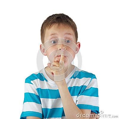 Stille! - Angespannter Junge mit großen Augen, Finger durch Lippen