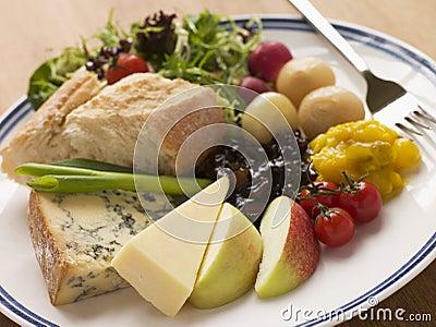 Stilton e Ploughman maduro do queijo Cheddar