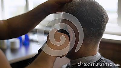 Stilvoller Friseur arbeitet mit dem Haarschnitt Kunde gealtert mit dem grauem Haar und Bart stock footage