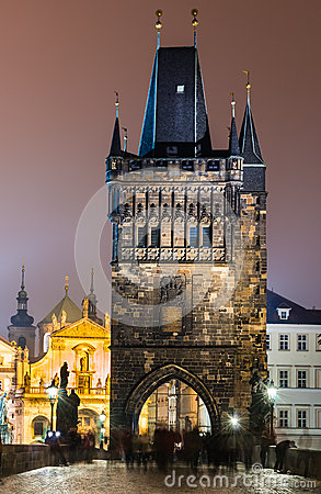 Stirrandet Mesto står hög från Charlesen överbryggar på natten, Prague.