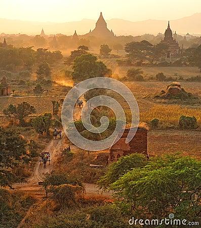 Stoffige weg in bagan, myanmar.