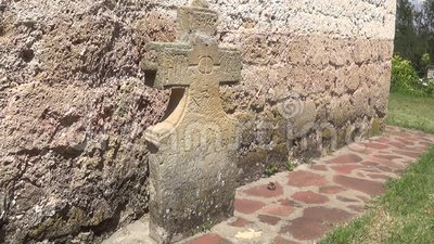 Stone Orthodox monument naast het klooster stock footage