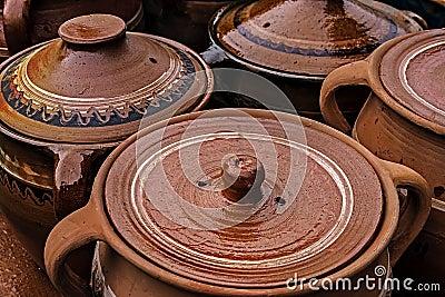 Stora keramiska krukar, traditionellt rumänskt