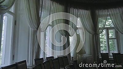 Stora veteranfönster som klänningen hänger på