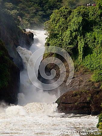 Stormachtige waterval op de achtergrond van mensen