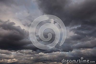 Stormig mörk sky