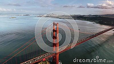 Stort spektakulärt rött stål Golden gate bridge i kulle för San Francisco horisont för seascape för surr för lös naturberg flyg- lager videofilmer