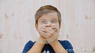 Strålkastare som stänger munnen i skrämt stuo FAce överraskade tonåring med öppna ögon på lager videofilmer