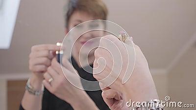 Strålningskänslig kaukasisk kvinna som reflekterar i spegel Lady med vacker manicure som öppnar rosa läppstift Joy arkivfilmer