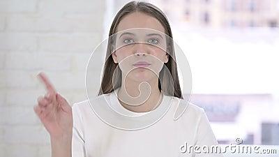 Strålningskort för Bevalt Young Woman och säga nej av Finger Gesture lager videofilmer
