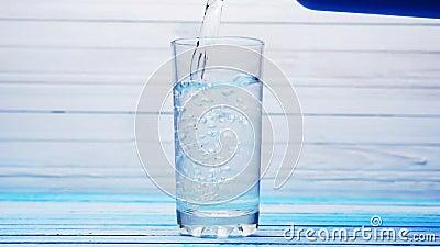 Strömende gefilterte frische Crystal Clear Water In Glass-Schale stock video footage