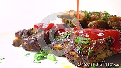 Strömende rote Tomatensauce über frisch gekochtem Fleisch Kochen von Schweinsrippchen Video der Nahaufnahme 4K stock video