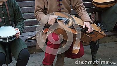Straßenmusiker in alten orientalisch-orientalischen Gewalten spielen Musik auf traditionellen Instrumenten aus dem Nahen Osten stock footage