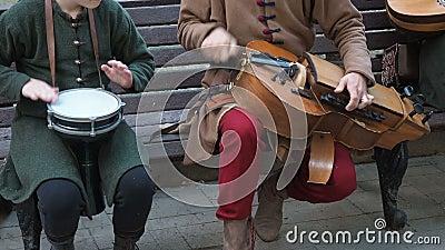 Straßenmusiker in alten orientalisch-orientalischen Gewalten spielen Musik auf traditionellen Instrumenten aus dem Nahen Osten stock video