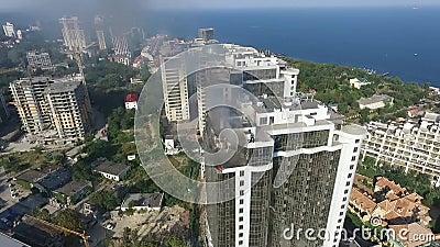 Strażacy walczą ogienia z wodą na najwyższym piętrze wysoki budynku widok z lotu ptaka Odessa, Ukraina zbiory wideo