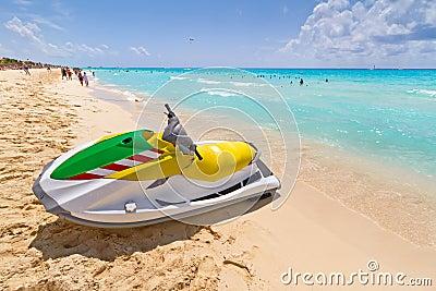 Straal ski op het Caraïbische strand