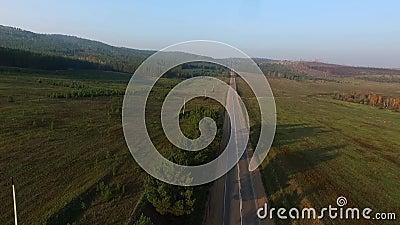 Strada di vista aerea nella foresta di conifere sul lago Baikal, Buriazia, Russia video d archivio